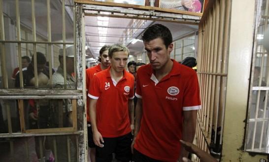 Igrači PSV-a obilaze zatvor