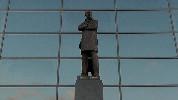 Statua ispred stadiona.
