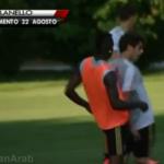 Baloteli šutno saigrača na treningu